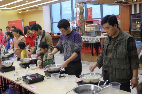 爸爸们开始煮饺子了