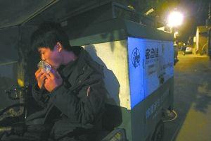 网购狂欢背后:快递员被迫穿尿不湿一天爬几百层楼