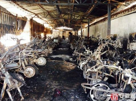 现场几百辆非机动车被烧得只剩骨架,约十来米长车篷被烧塌,附近一栋居民楼及几辆机动车也被影响。