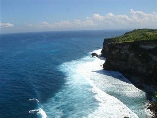 巴厘岛一载有13名中国人客车坠崖已5人遇难