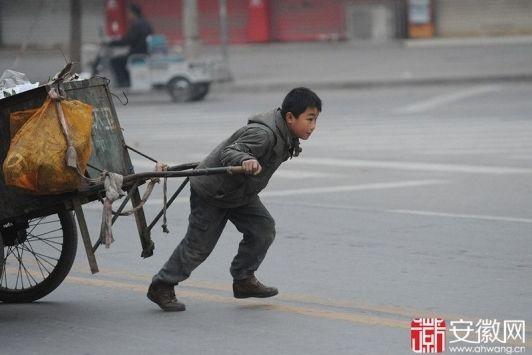 亳州10岁男童帮奶奶扫大街