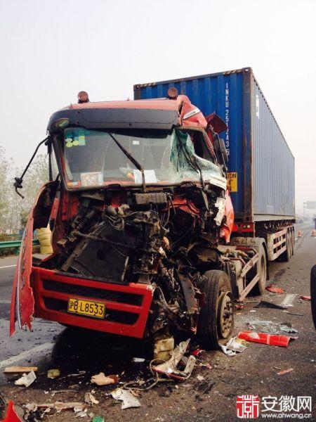 大雾致合六叶高速发生多起车祸 车辆损毁严重