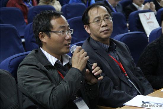 """""""帝度杯""""首届安徽MBA管理案例大赛,评委现场提问点评。图为评委朱玉宝向选手提问"""