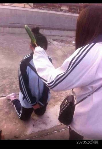 上海再现女子校园暴力女生下跪嘴里塞黄瓜
