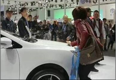 女子逼老公买车划车又家暴 引车展观众围观