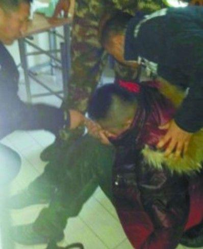 轻生小伙被救下,他浑身冻僵,颤抖着坐在地上,一声不吭。