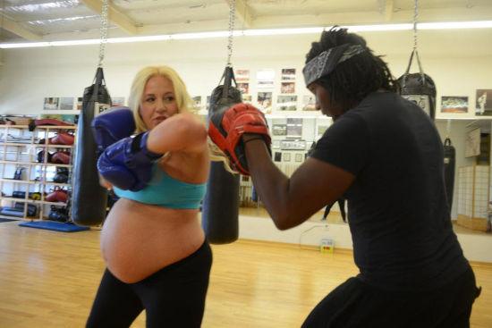 怀孕女子练习空手道