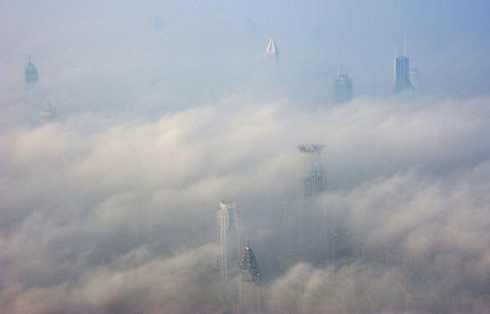 12月8日,上海,9点后大雾虽渐渐散去,阴霾仍然维持,上海中心大厦附近。杨焕敏/CFP