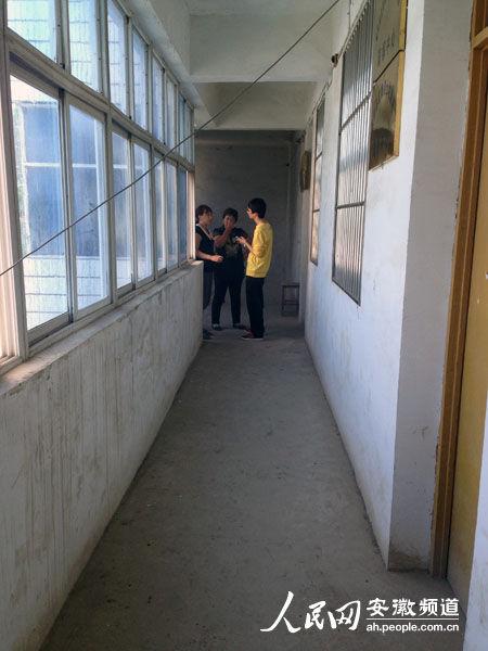 郭仁寇就是从这个走廊坠楼的