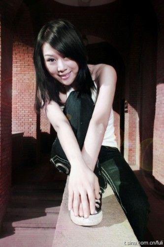 新浪娱乐讯 北漂女歌手因网购被快递员杀死,年仅30岁,曾与方文山合作发行过歌曲《云淡风轻》。昨天她的不少朋友都通过网络对其进行悼念。 视频:女歌手惨被快递员猥亵杀害