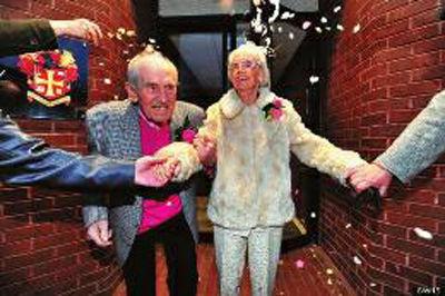 九旬老人结婚称一见钟情成最老新婚夫妇
