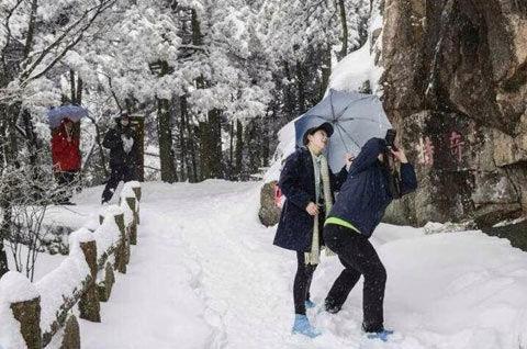 黄山景区内降雪明显,游客兴致不减。(来源:黄山风景区官方微博)