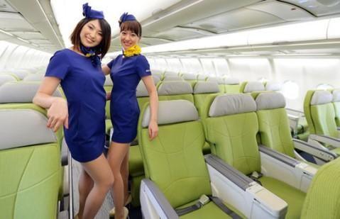 """日本廉价航空""""天马航空""""空姐新制服与明年将引进的大型客机A330。"""