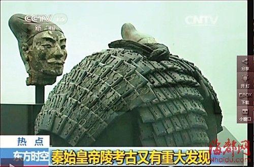 一件新近修复好的石铠甲正在展出。