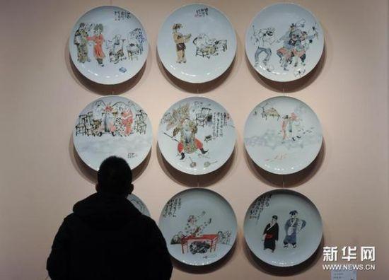 12月16日,观众在国家大剧院艺术沙龙展厅欣赏展出的瓷塑作品。