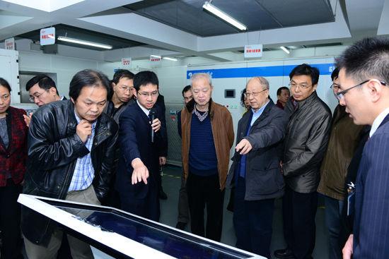 专家组现场考察格力光伏直驱变频离心机系统运行情况