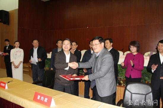 。安徽师范大学党委书记顾家山出席会议并与省委宣传部副部长郭强代表双方在合作共建传媒学院框架协议书上签字。