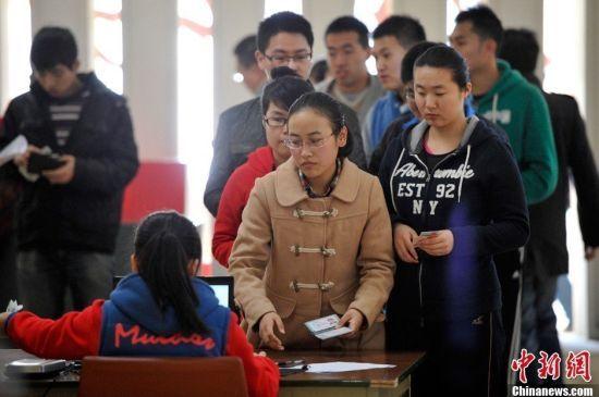 报考2014年中国研究生考试的大学生进行现场确认,信息采集。