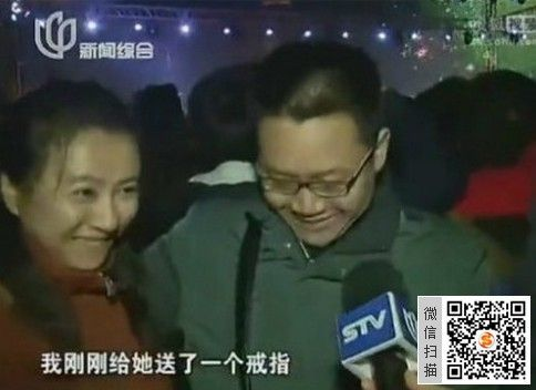 姑娘笑容灿烂竖中指秀戒指 记者欲哭无泪(图)图片