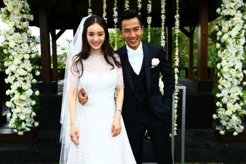 讯 1月8日,杨幂刘恺威巴厘岛完婚,新人接受众人祝福并大方热吻,