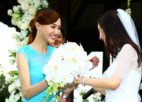 杨幂的闺蜜唐嫣作为伴娘身穿蓝色纱裙亮相 -揭秘杨幂刘凯威婚礼千万