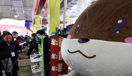 图为三只松鼠在展会期间以低于网价的价格销售,吸引了众多市民前往购买