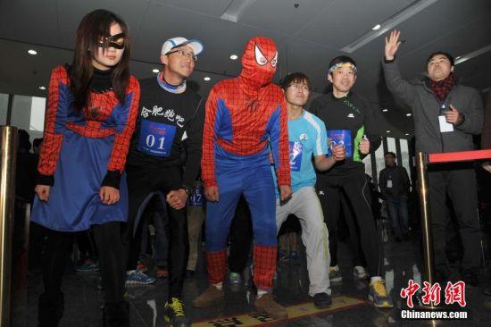 大学生cosplay蜘蛛侠 爬安徽第一高楼