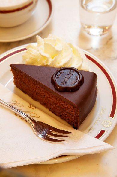 松软的巧克力蛋糕上裹一层杏梅酱和果饯,通常顶部还会厚厚地放一块生奶油。