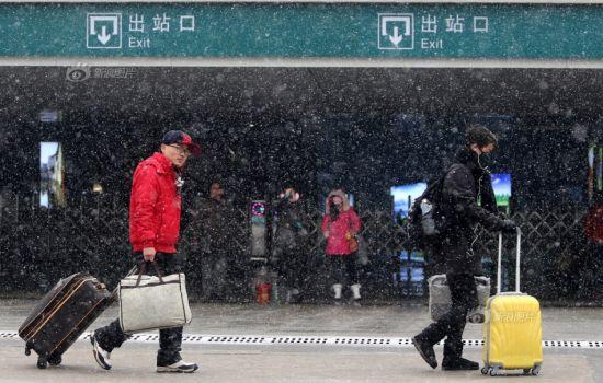 2月5日,安徽淮北火车站,旅客冒着大雪返程。摄影:万善朝/CFP