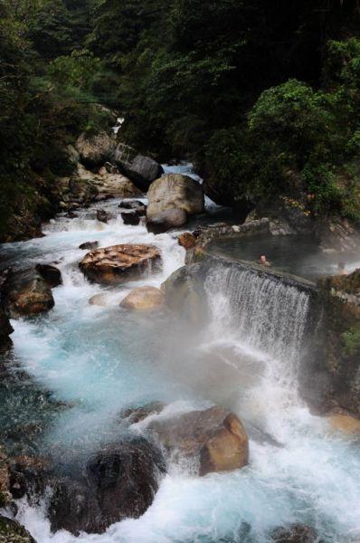 游客在温泉瀑布