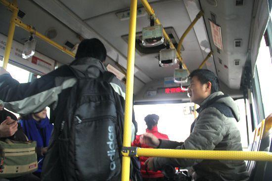 新浪小编亲身体验天翼4G公交极速网络 免费wifi为乘客带来新惊喜
