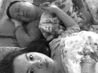 罗志元与一女子同床。微博截图