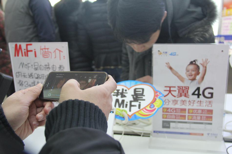 市民正在体验天翼4G,视频播放很流畅