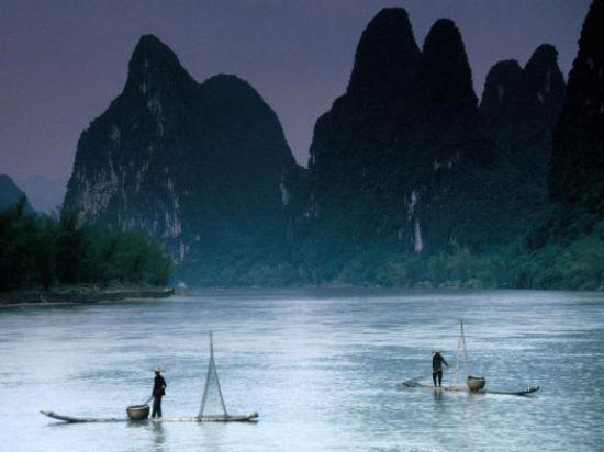 烟雨漓江 捕鱼的渔民 图片来源:心情爱旅行 新浪博客