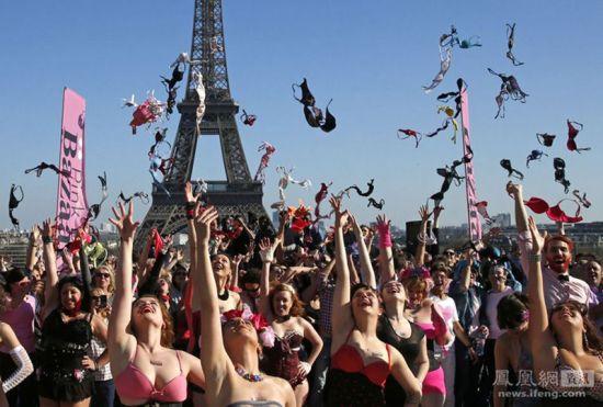 法国数十名女子埃菲尔铁塔前抛胸罩