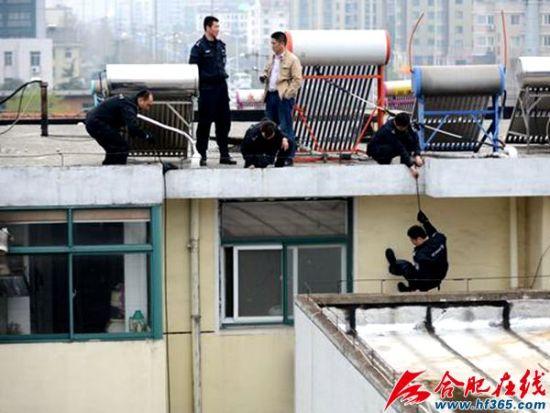 特警从小区楼顶悄然降索入室解救人质