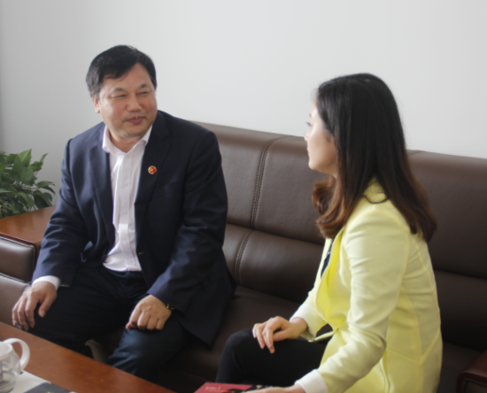 李正平跟记者聊天