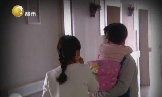家人抱着3岁女娃,伤心不已。视频截图