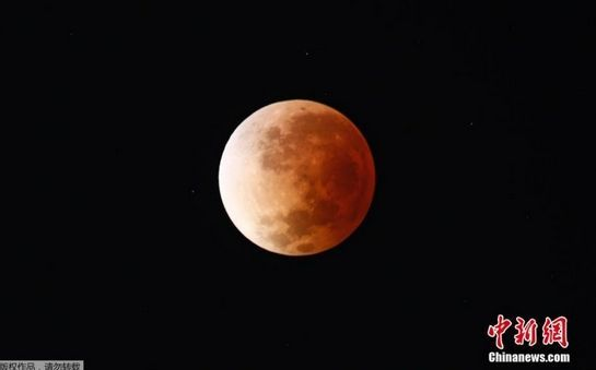 当地时间4月15日,阿根廷布宜诺斯艾利斯,摄影师拍摄的红色月亮。
