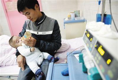 病房里四胞胎的爸爸在照顾老三