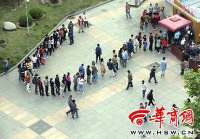 昨日下午6时,北京五道口,排队买肉夹馍的顾客在广场绕了个圈