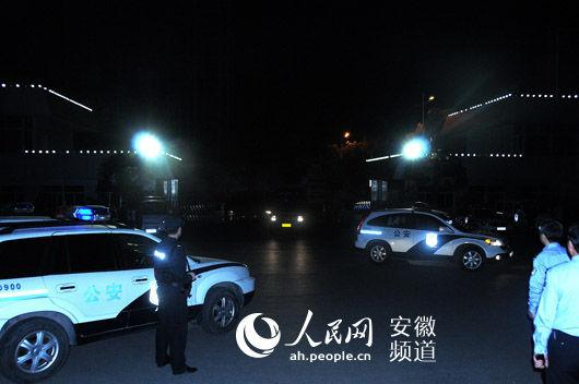 5月10日凌晨,押解嫌犯的警车驶入淮南市公安局