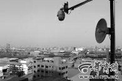 王寺街办门前大楼顶安装的一处摄像系统。这样的系统辖区共装有4套,可监控16平方公里面积环保状况。记者 闫文青 摄