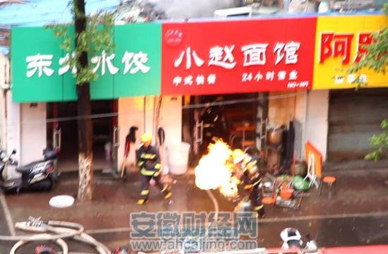 消防官兵抱出着火的液化气罐