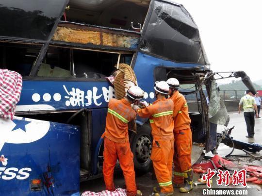 消防人员救援被困车上的乘客 林相来 摄