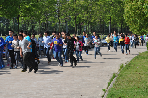 学生们沿着艺术会堂快速前往操场
