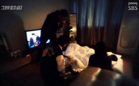 警察赶到赵女士家中进行搜查的时候,尸体就躺在客厅的地上,还像正在睡觉一样盖着被子