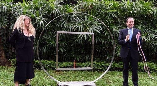法国雕塑家作品《弱者框架》在香港展出