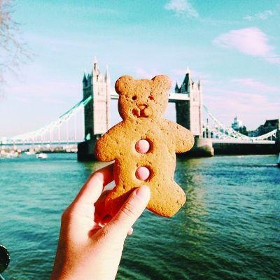 伦敦塔桥前的小熊饼干。