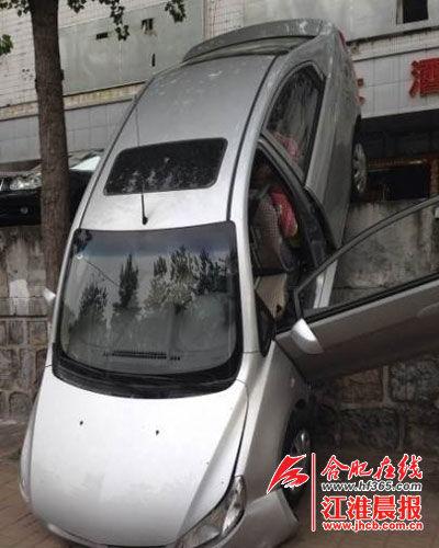 轿车几乎与地面成90度垂直